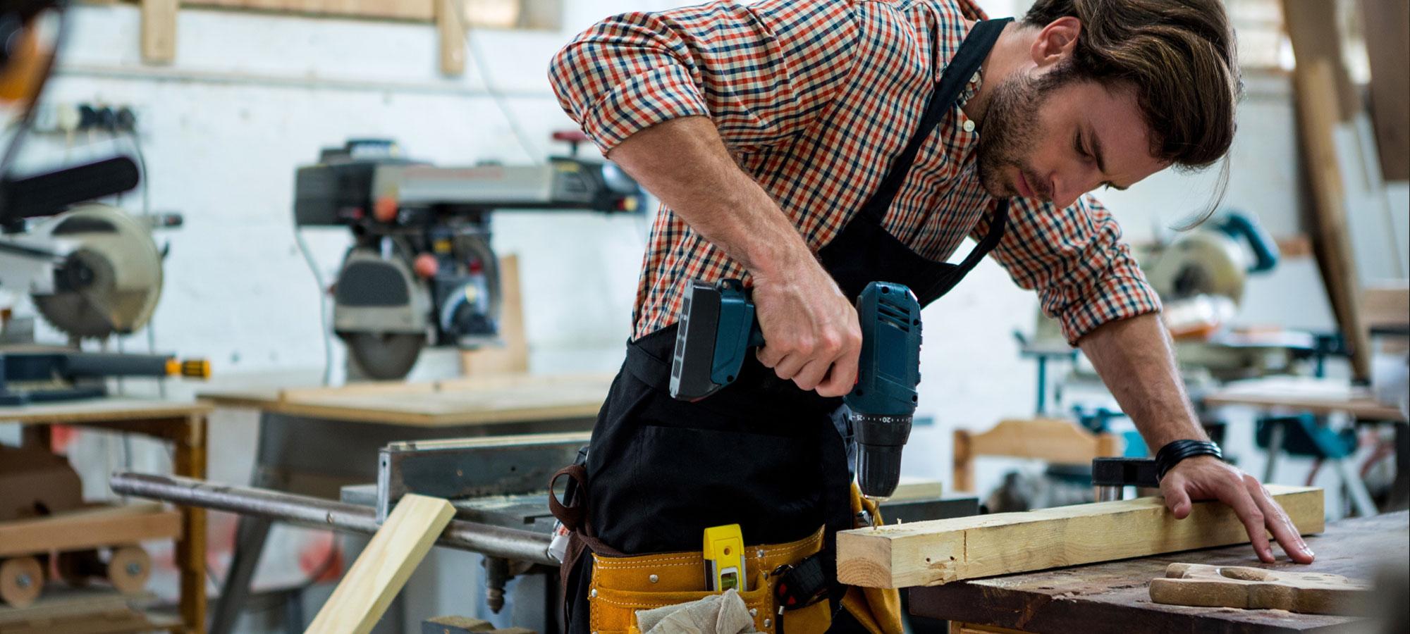 Håndverker som arbeider i verksted