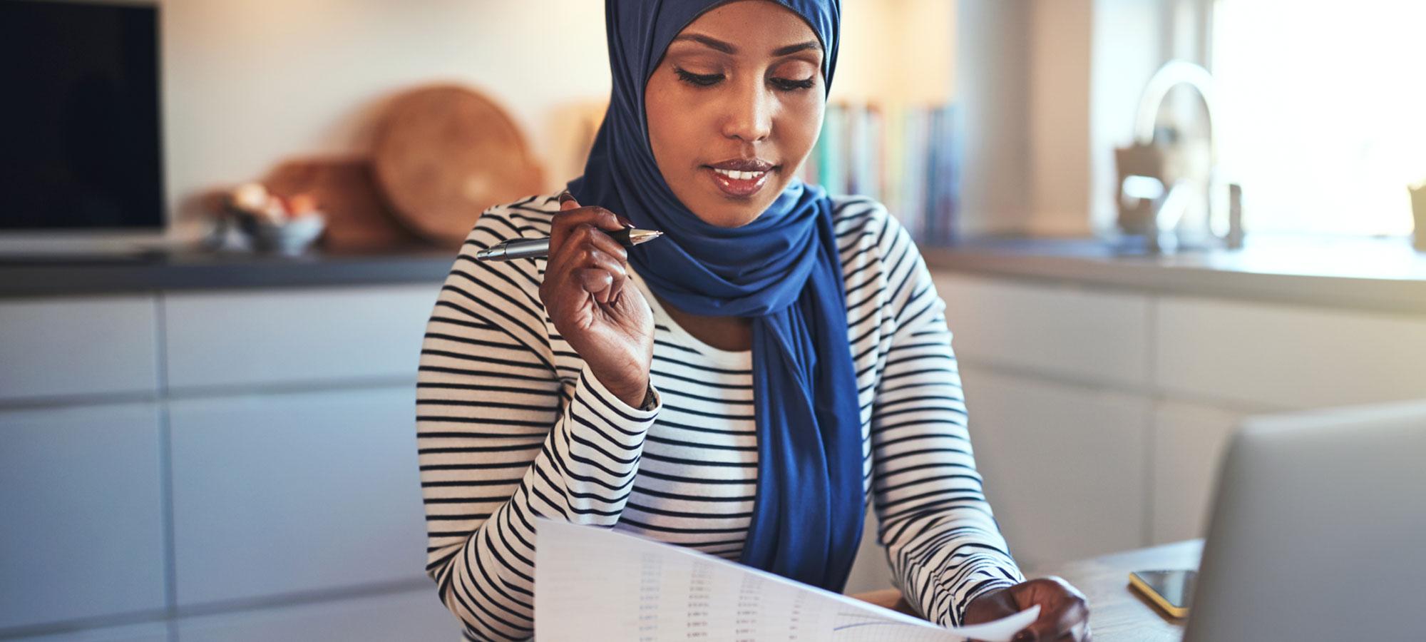 Kvinne som jobber med papirarbeidet