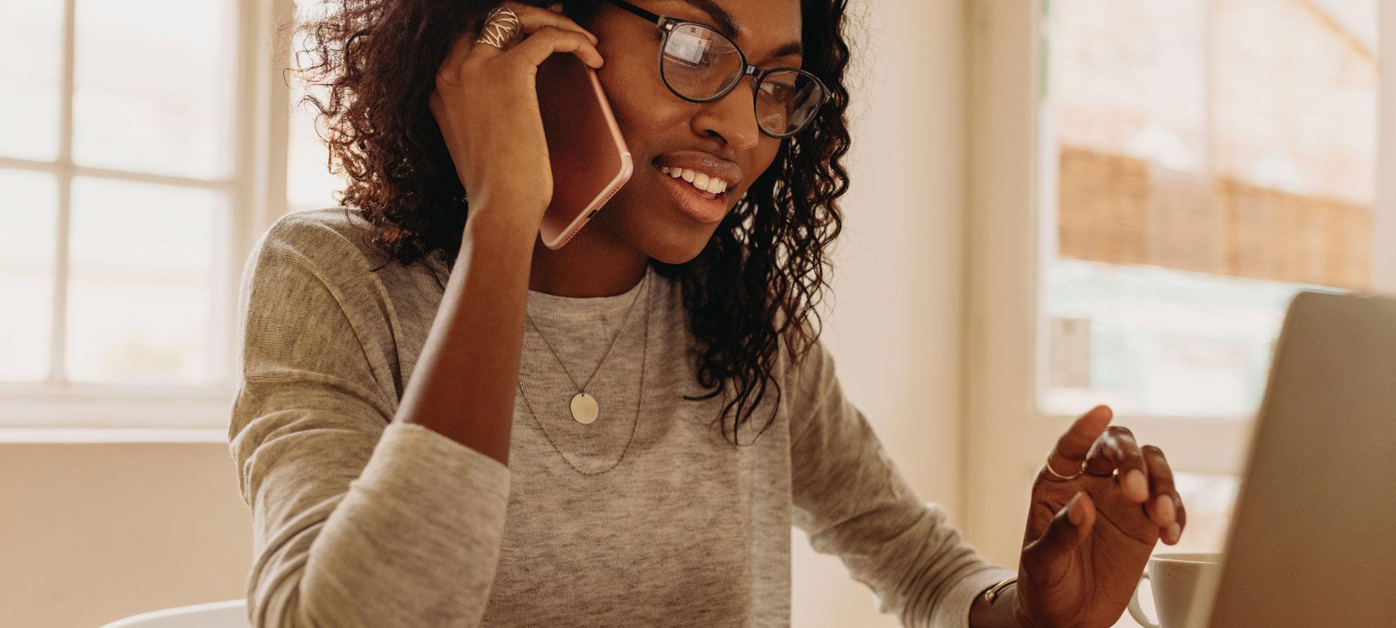 Kvinne som snakker i telefonen