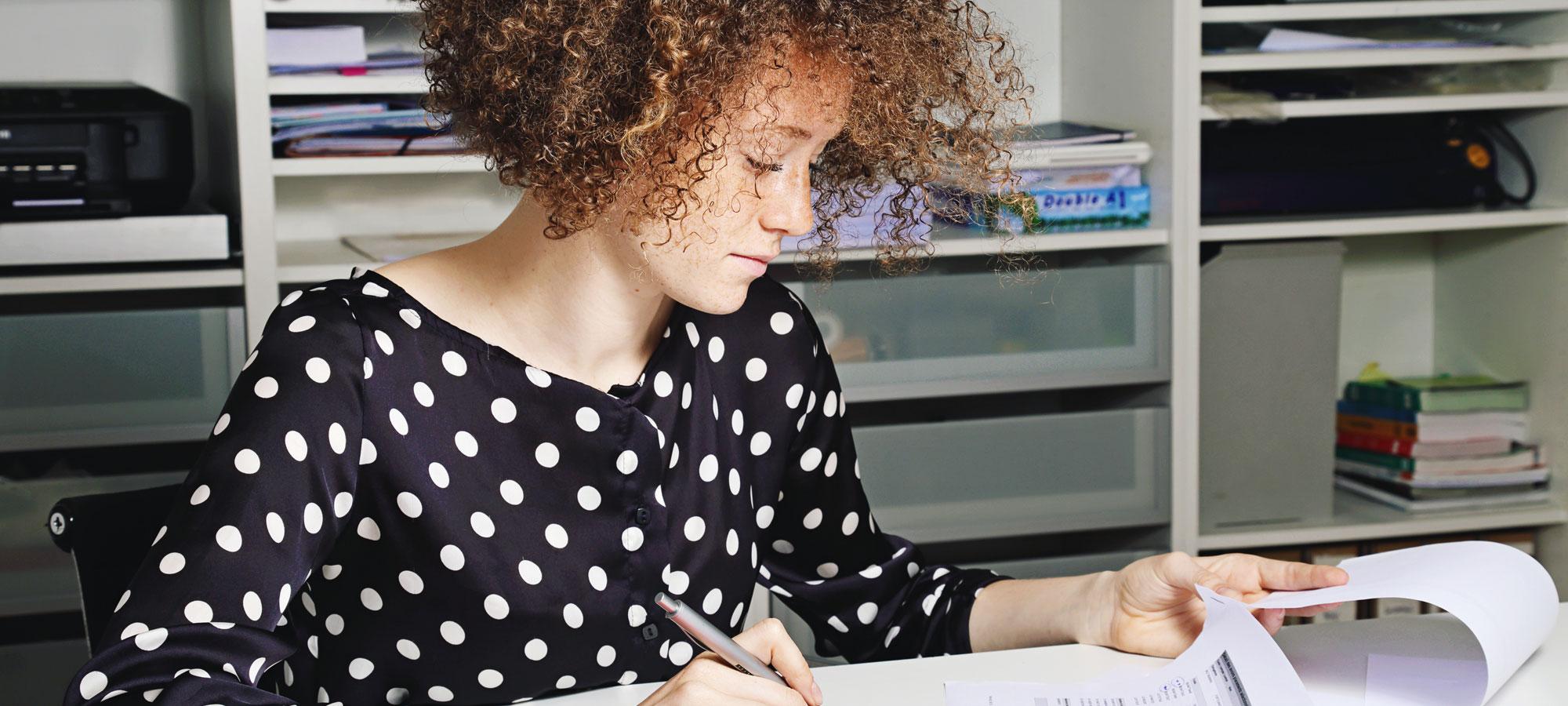 Kvinne som arbeider på et kontor