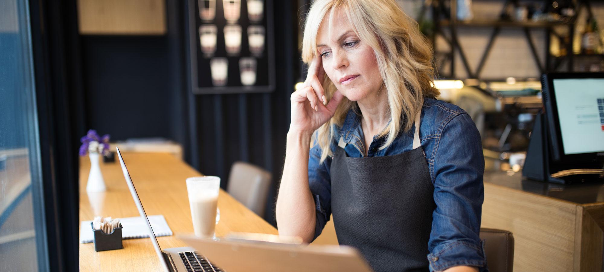 Kafé-eier som jobber på PC