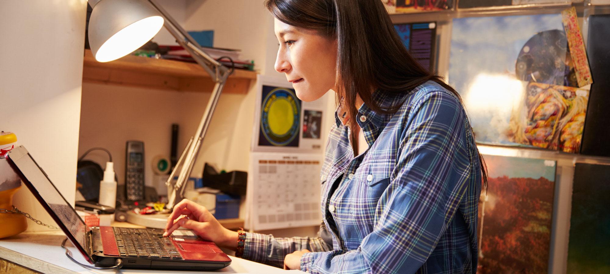 Kvinne som arbeider på PC