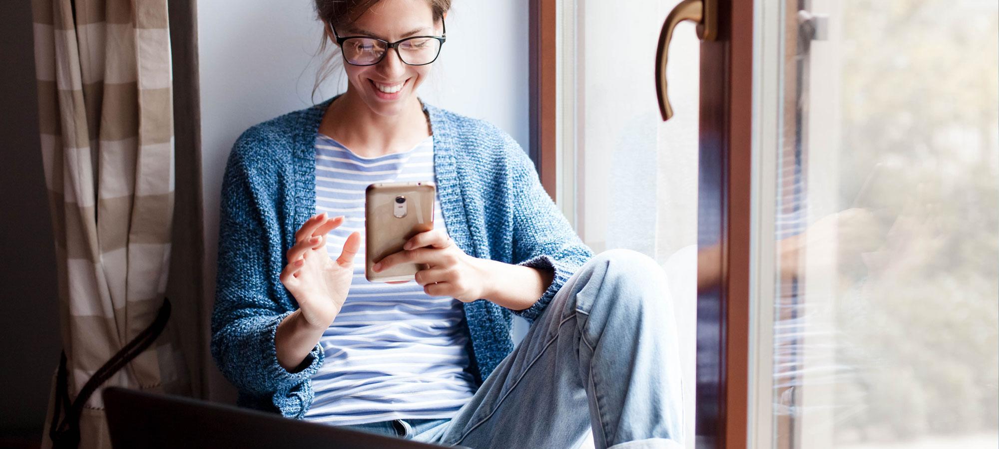 kvinne som kjøper noe på mobilen