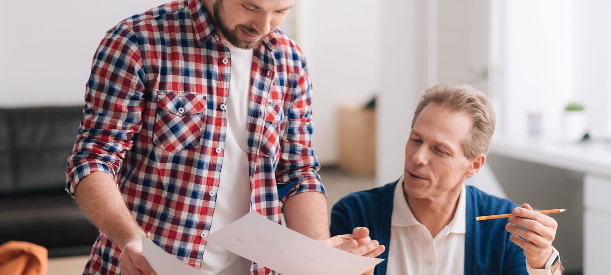 To menn som diskuterer papirer