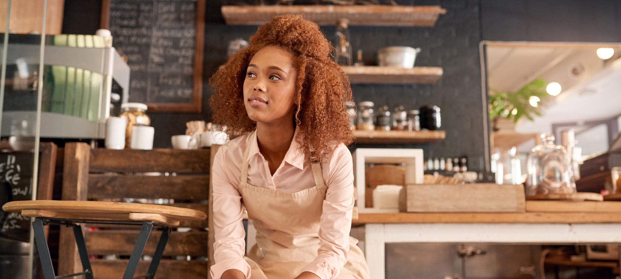 Kvinne som arbeider på kafé